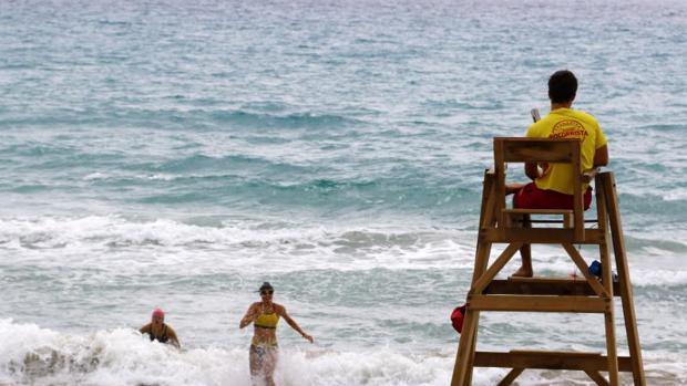 Socorristas de la empresa Proactiva en la Playa de San Juan de Alicante