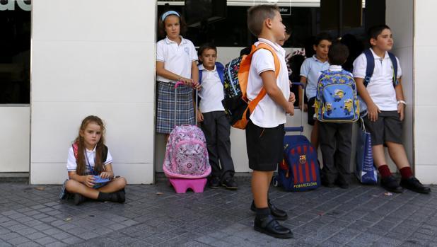 Salida de alumnos en su primer día de colegio