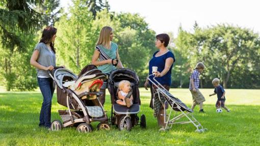 Madres en el parque con sus hijos