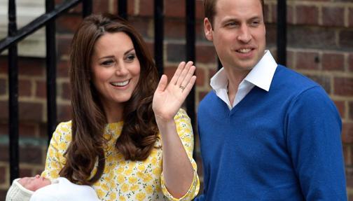 El Príncipe Guillermo y la Duquesa de Cambridge posan con su segundo hijo, una niña llamada Charlotte, en mayo de 2015
