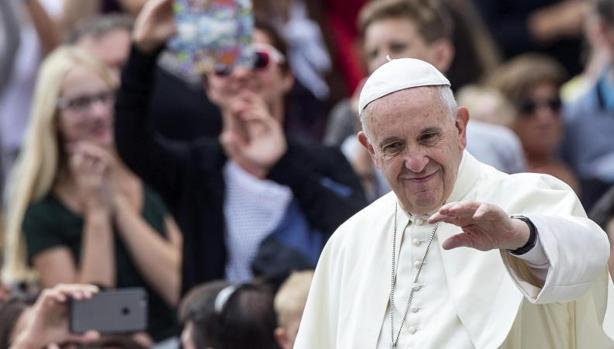 El papa Francisco saluda a unos fieles durante su audiencia general de los miércoles en la Plaza de San Pedro