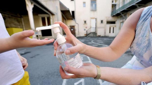 Dos personas se lavan las manos