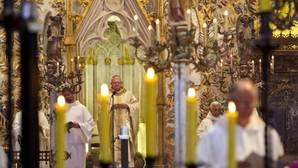 Fotografía facilitada por el Obispado de Mallorca de Javier Salinas, destituido como obispo de Mallorca el pasado jueves a raíz de una supuesta relación sentimental con su secretaria, durante la misa celebrada en la catedral de Palma con la que se ha despedido de la diócesis
