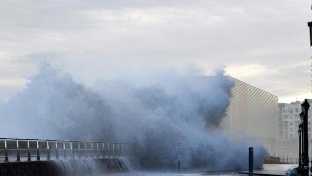Una gran ola rompe en el paseo de Salamanca de San Sebastián