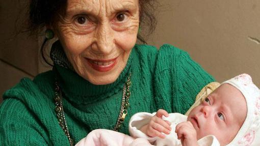Adriana Iliescu dio a luz una niña con 67 años
