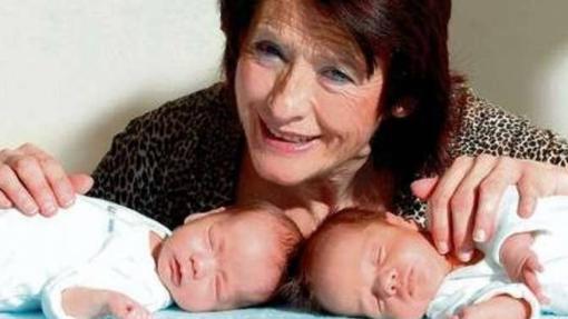 Carmen junto a sus gemelos