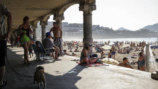 Numerosos donostiarras disfrutan de La Concha de San Sebastián