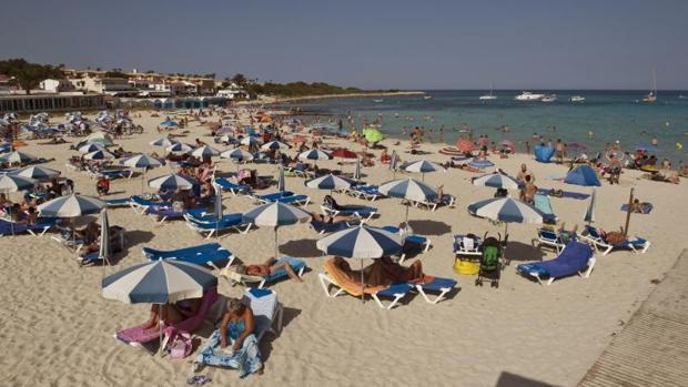 La ecotasa, que entró en vigor el pasado 1 de julio, implica el pago de entre 0,5 y 2 euros por persona y día en temporada alta en los establecimientos turísticos del Archipiélago