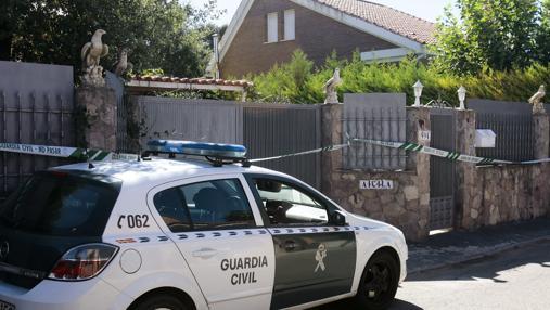 Efectivos de la Guardia Civil en la fachada del chalet