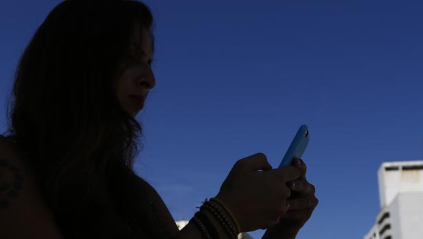 Hasta siete años por un programa espía en el móvil de su pareja, con acceso a mensajes, llamadas y fotos