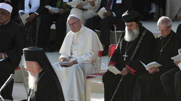 El Papa Francisco reza con representantes de líderes religiosos de todas las confesiones