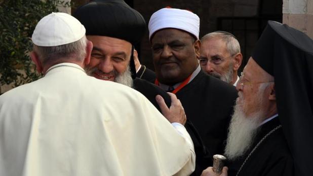 El Papa y los líderes religiosos mundiales almuerzan con víctimas de la guerra en Asís