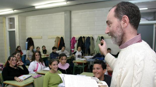 Un profesor imparte la asignatura de Religión en un instituto