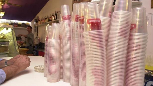 Varias pilas de vasos de plástico en un bar