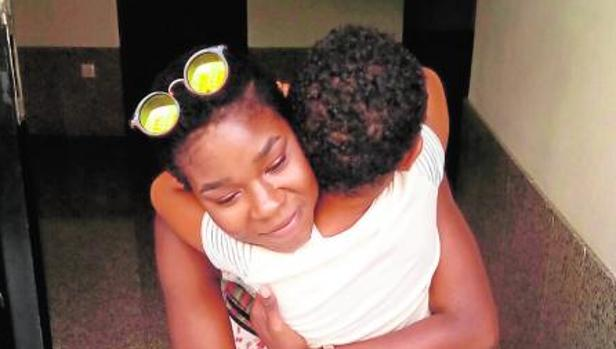 La madre biológica abraza a su hijo