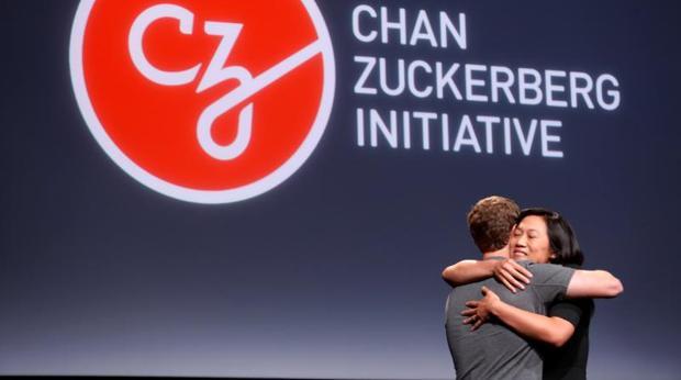 Priscilla Chan abraza a su marido, Mark Zuckerberg