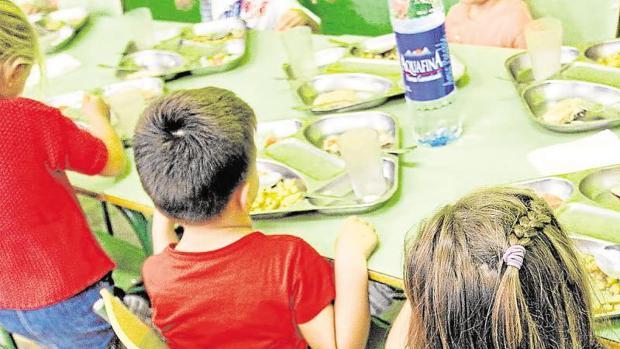 Niños en el comedor escolar