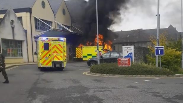 Otras tres personas resultaron heridas a partir del incendio frente al hospital en Irlanda