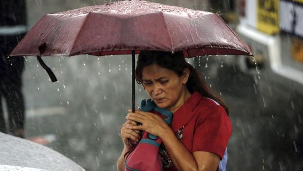 Una mujer camina entre la lluvia, en Madrid, en una imagen de archivo
