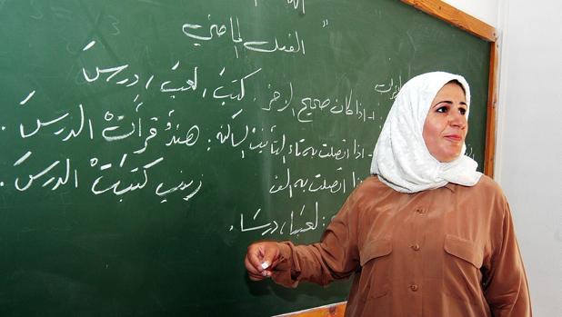 Imagen de archivo de una profesora musulmana, en un aula de Granada