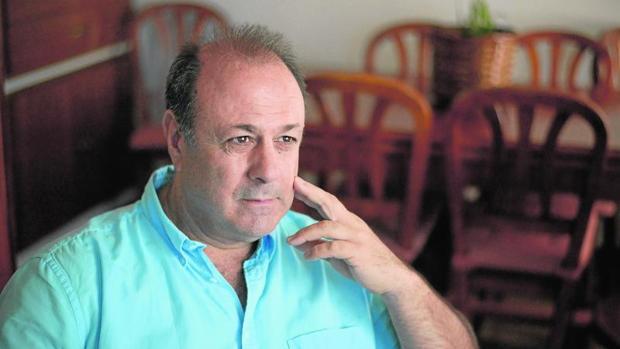 Enrique, enfermo de narcolepsia, posa en su casa