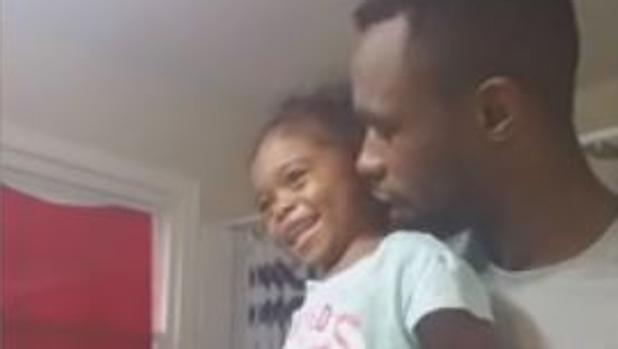 El adorable gesto de un padre para motivar a su hija el primer día de colegio