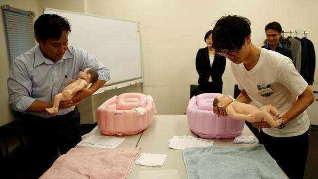 Participantes de los cursos Ikumen en los que aprenden ómo cuidar bebés para encontrar esposa