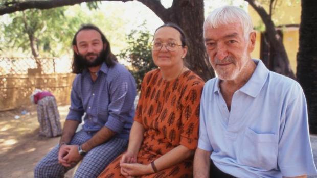 Vicente Ferrer acompañado de su esposa Anna y su hijo, Moncho Ferrer.