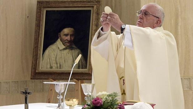 Fotografía facilitada por L'Osservatore Romano que muestra al papa Francisco (i) mientras ofrece una misa con motivo del Jubileo en la iglesia de Santa Marta en el Vaticano