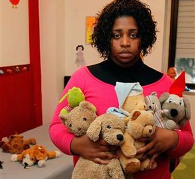 Liliana Melo posa con los muñecos de peluche de seis de sus diez hijos