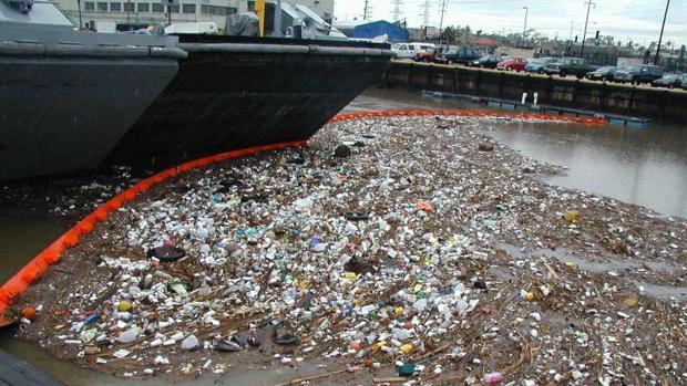Basura, en su mayoría plásticos, en un puerto marítimo