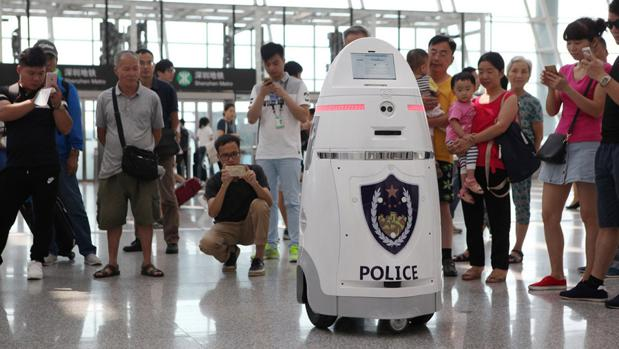 «Anbot», 1,5 metros de altura, vigilará las instalaciones y tomará imágenes de los pasajeros, además de poder responder a algunas dudas