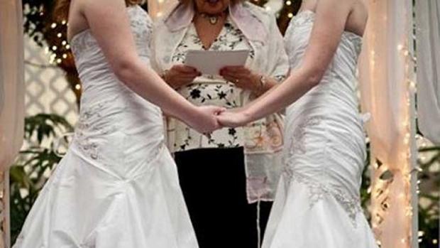 Dos monjas se quitan el hábito para pasar juntas por el altar