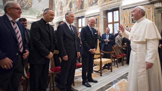El Papa Francisco (d) y el enviado especial de la ONU para Siria, Staffan de Mistura (2-d), durante una reunión sobre las operaciones humanitarias en Siria e Irak en el Clementine Hall, este jueves