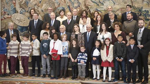 Imagen de la Reina con los ganadores de los Premios en 2015, durante la recepción en La Zarzuela