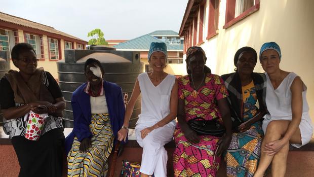 La doctora Elena Barraquer (centro) durante su último viaje en Ruanda
