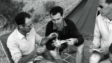 Francisco Bernis, ornitólogo y biólogo español, examina a un ave junto a otros ornitólogos