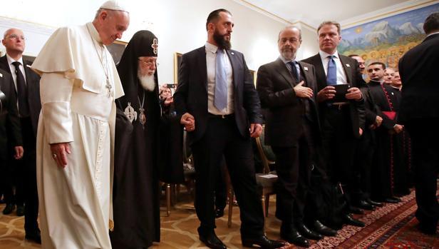 El Papa Franscisco camina junto al patriarca ortodoxo de Georgia Ilia II en Tiflis, capital de Georgia