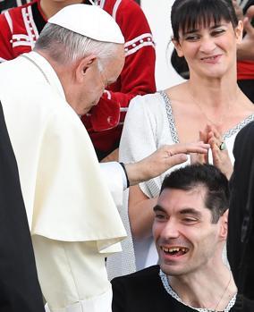 El Papa bendice a un enfermo en el centro médico de los Religiosos Camilios de la periferia de Tiflis
