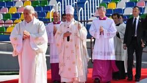 El Papa cruza en Georgia una puerta santa sin templo porque no lo dejan construir