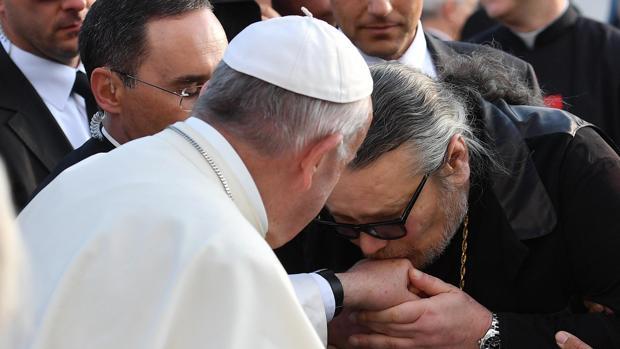 El Papa Frnacisco es besado durante un encuentro con los trabajadores de las caridades de la Iglesia