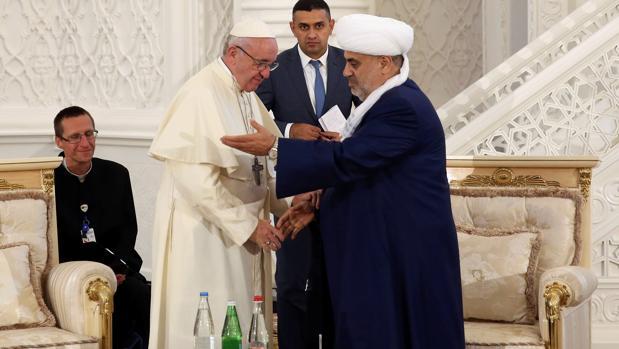 Mufti Allahshukur Pashazade da la bienvenida al Papa Francisco durante un encuentro en la mezquita de Heydar de Bakú