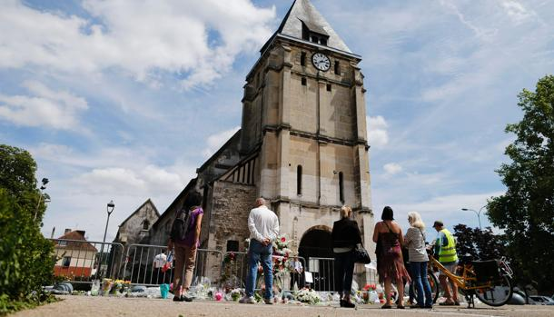 La Iglesia de Saint-Etienne-du-Rouvray, al norte de Francia, sigue depositando flores y recuerdos como tributo al asesinato del cura galo Jacques Hamel, que fue asesinado el 26 de julio de 2016 por el Daesh