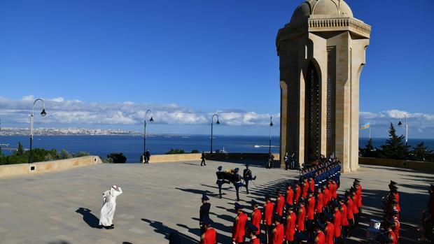 En una rápida visita este domingo a Azerbaiyán, el Papa ha asistido también al desfile y ofrenda en el monumento de los Héroes Caídos de Bakú