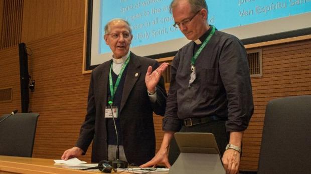 A la derecha, James Grummer, Vicario General de la Compañía de Jesús