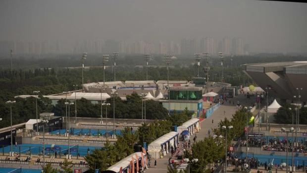 Imagen de la polución sobre las pistas de tenis en el Open de China en Beijing este lunes
