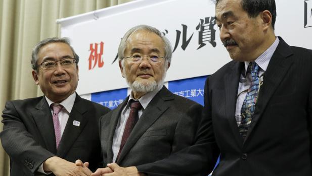 El científico japonés Yoshinori Ohsumi (c), premio Nobel de Medicina 2016 por el descubrimiento del mecanismo de la autofagia celular, acompañado por el presidente del Instituto de Tecnología de Tokio, Yoshinao Mishima (i), y por el vicepresidente ejecutivo de Investigación del Instituto, Makoto Ando (d), durante una rueda de prensa que ofreció después de ser galardonado con el Nobel, en Tokio