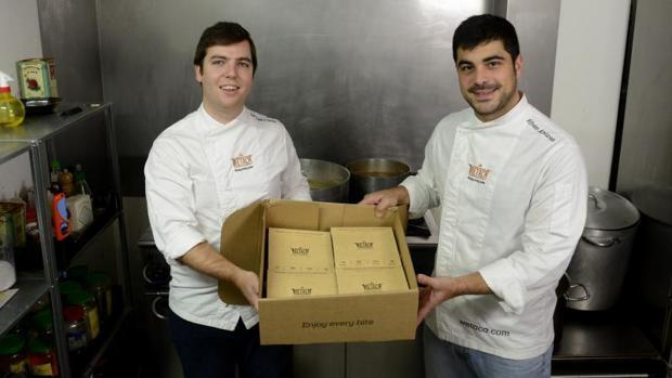 Andrés Casal y Efrén Álvarez, fundadores de Wetaca, sostienen una caja con los pedidos