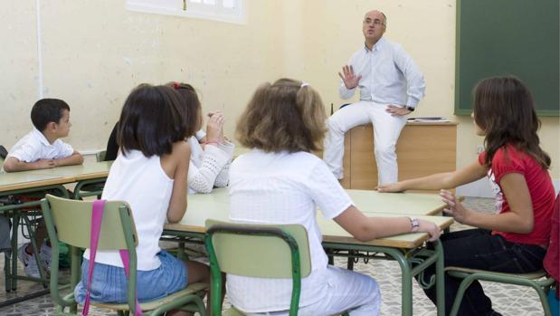 Las medias de horas de enseñanza en la OCDE y la UE-22 se sitúan entorno a las 644 y 622, respectivamente, frente alas 693 anuales en España