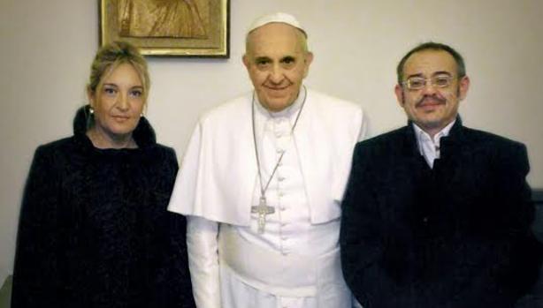 Diego Neria, a la derecha, fue recibido en visita privada y junto a su pareja Macarena por Francisco el 24 de enero de 2015